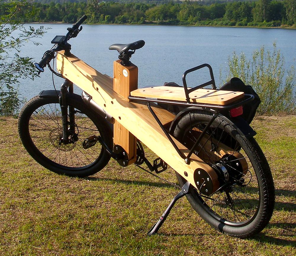 Holz Lastenrad mit 85 cm langem Heckträger (Belastbar bis 70 kg) und 33 Liter Packtasche von Riese und Müller