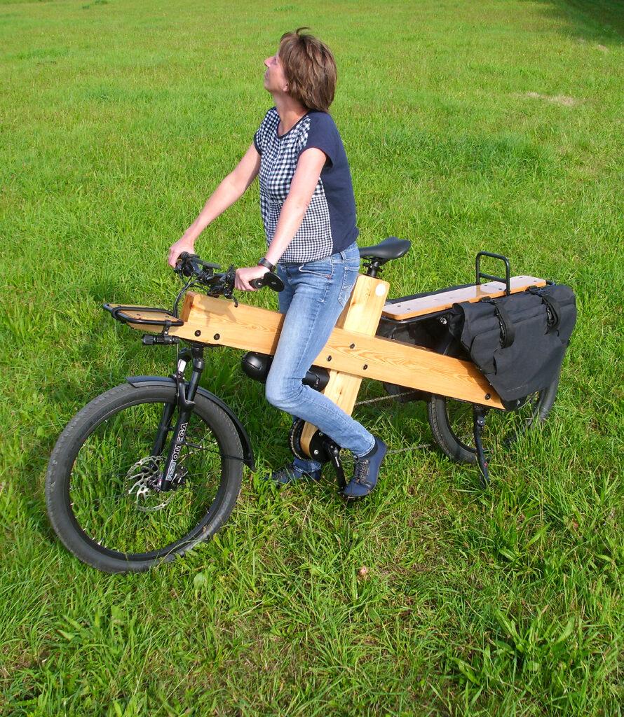 Bauanleitung Lastenfahrrad E-bike Woodi mit Holz Rahmen und Multicharger Packtaschen am Heckträger